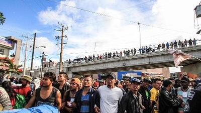 """""""¡Vámonos de una a la frontera! Ahí podemos presionar a Trump"""": sube la tensión tras la marcha de un grupo a la garita de Tijuana"""