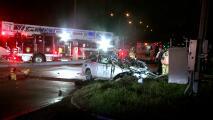 Automóvil queda partido a la mitad frente a estación de bomberos de Houston