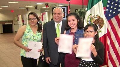 Padres tramitan la doble ciudadanía de sus hijos en el Consulado de México en Chicago