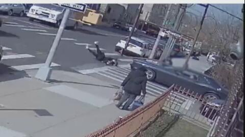 En video: Una adolescente sale disparada por los aires tras ser embestida por un auto en Brooklyn