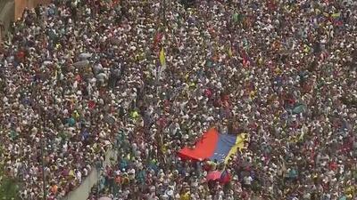 Masivas protestas en Venezuela contra Maduro registran varias personas muertas y represión