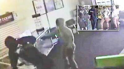 Actúan como clientes en una tienda de reparación de teléfonos antes de cometer atraco armado