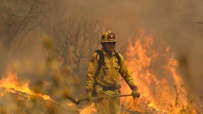 Incendio cerca del Parque Nacional Yosemite duplica su tamaño en horas y obliga a evacuar a miles de personas