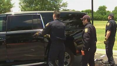 Un padre enfrenta cargos por dejar a sus pequeños hijos encerrados en su auto en Lake Forest, Illinois