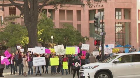 Decenas de personas protestan contra quienes buscan revocar una medida que da protección a inquilinos en Mountain View