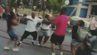 A los golpes terminaron hombres contra mujeres en el parque de Disneyland en California