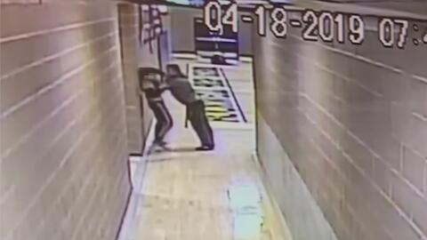 Maestro empuja contra la pared y el piso a un estudiante que lo desobedeció en clase