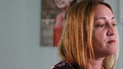 """""""Aún siento que Alyssa va a llegar a casa"""": la madre de una víctima de Parkland un año después (en fotos)"""