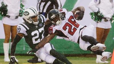 Falcons ganan batalla en la lluvia ante Jets