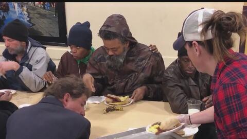 Miles de personas desamparadas en Los Ángeles recibieron desayunos calientes esta Navidad