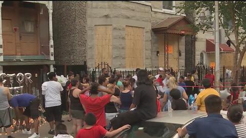 Comunidad de La Villita se une en una vigilia en homenaje a las ocho víctimas del incendio en un edificio residencial