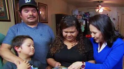 Entre lágrimas, esta familia recibe su tarjeta de residencia permanente tras 21 años de espera