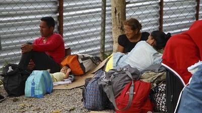 Venezolanos cruzan diariamente la frontera con Brasil en busca de trabajo, alimentos y medicinas