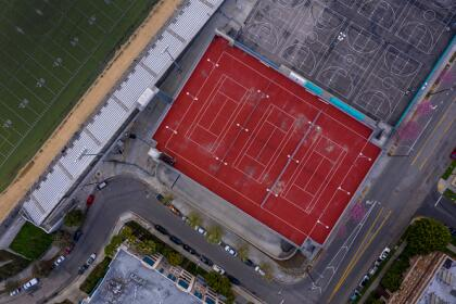"""Tras la medida de <a href=""""https://www.univision.com/local/los-angeles-kmex/las-escuelas-de-california-no-abriran-antes-del-fin-del-ano-escolar-gavin-newson"""">cierre de las escuelas del Distrito Escolar de Los Ángeles</a>, así de vacías lucen las canchas deportivas del complejo educativo Miguel Contreras Learning, con alrededor de 2,500 estudiantes en pleno centro de la ciudad."""