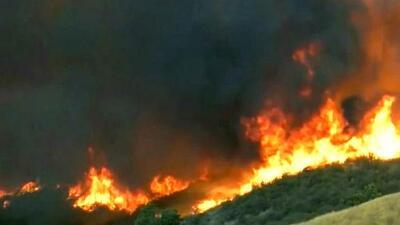 Al menos 8,000 familias han evacuado terrenos en California y Arizona ante la presencia de incendios forestales