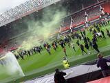 Aficionados de Manchester United ingresan a Old Trafford como protesta