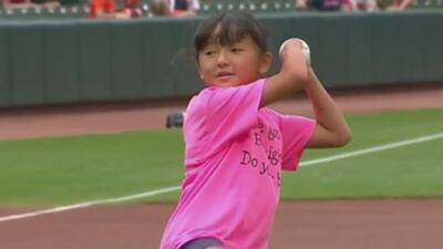 La niña que sin manos ganó una competencia de caligrafía lanza la primera bola y le da suerte a los Orioles