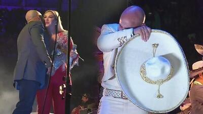 Lupillo Rivera le demuestra todo su amor a Chiquis en público y llora al cantarle a Jenni