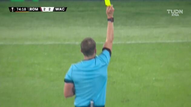 Tarjeta amarilla. El árbitro amonesta a Christopher Wernitznig de RZ Pellets WAC