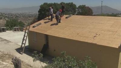 Los hondureños que construyen un albergue en Tijuana para migrantes que esperan su audiencia en una corte de EEUU