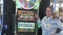 Texana gana más de $300,000 en máquina tragamonedas mientras esperaba un vuelo en el aeropuerto de Las Vegas