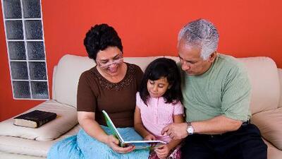 ¿Cómo pueden los abuelos ayudar en la educación de sus nietos?