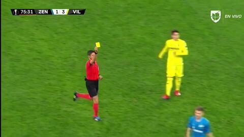 Tarjeta amarilla. El árbitro amonesta a Igor Smolnikov de Zenit St Petersburg