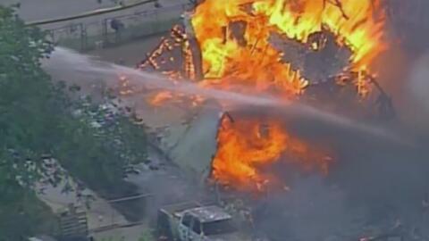 Un hombre se atrincheró en una casa y después la prendió en llamas en Texas