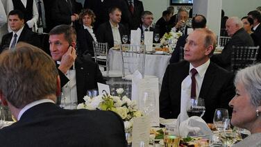 La historia detrás de las incómodas fotos de Flynn y Putin hechas durante la campaña