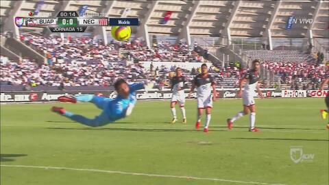 Martín Barragán estrella el balón en el poste y Lobos respira