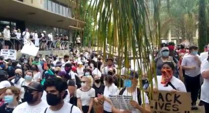 """<b>Al menos 3500 personas se congregaron </b>en las afueras del ayuntamiento y luego caminaron el Departamento de Policía de Fresno, en el centro de la ciudad, para exigir justicia por la muerte del afroestadounidense  <b><a href=""""https://www.univision.com/noticias/estados-unidos/incendios-y-gases-lacrimogenos-cerca-de-la-casa-blanca-policia-y-manifestantes-se-enfrentan-en-dc"""">George Floyd, </a></b>ocurrida el lunes pasado en Minneapolis, Minnessota."""