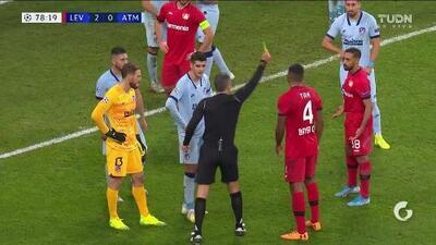 Tarjeta amarilla. El árbitro amonesta a Karim Bellarabi de Bayer 04 Leverkusen