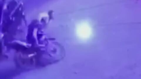 Motociclista se estrella con un auto y termina chocando contra un muro
