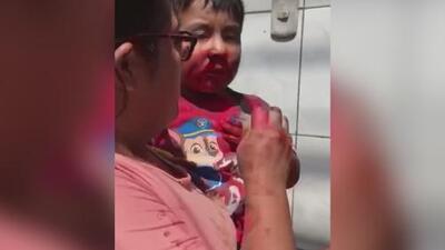 Enfurecidos, unos vecinos se enfrentan a una madre por supuestamente golpear a su hijo