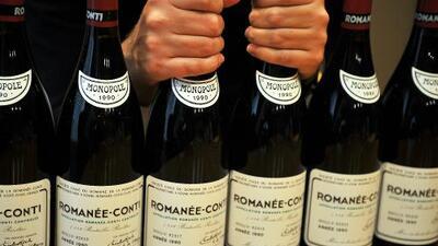 Acusan a empleado del presidente de Goldman Sachs de robarle $1.2 millón en botellas de vino