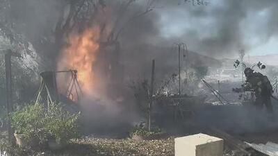Persecución policial termina en un voraz incendio forestal y decenas de familias son evacuadas