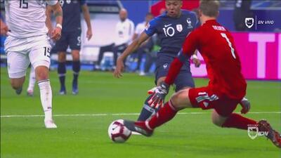 Kylian Mbappé pierde un mano a mano con Manuel Neuer