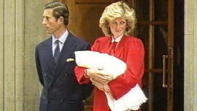 El video del momento en que presentaron al mundo al príncipe Harry: 34 años después él recibe a su primer hijo