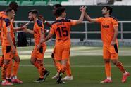Real Betis empata 2-2 ante Valencia en el Estadio Benito Villamarin. Nabil Fekir y Sergio Canales descontaron dos goles para los 'verdiblancos', mientras que para los 'Ches', Goncalo Guedes y Carlos Soler hicieron sus respectivas anotaciones. Diego Lainez ingresó al minuto 63, mientras que Andrés Guardado se quedó en la banca.