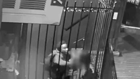 En video: una mujer es atacada con unas tenazas por un asaltante en la entrada de su vivienda