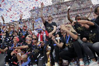 Líderes dentro y fuera del campo: equipo femenino de fútbol de EEUU celebra el triunfo junto a sus fanáticos