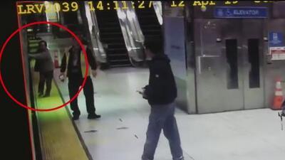 El momento insólito: una anciana es arrastrada por el metro