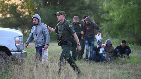 Policías en zonas fronterizas trabajan hasta 14 horas al día por la masiva llegada de inmigrantes indocumentados