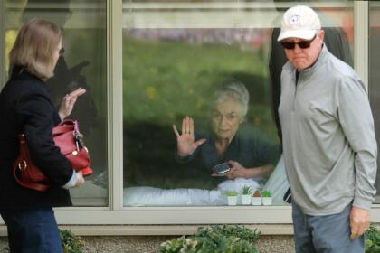 <b>Visita a través del cristal.</b> Judie Shape, residente de Seattle, Washington, recibió la visita de su hija a través de la ventana en un centro de salud de la ciudad. Resultó infectada con el coronavirus pero no presentó síntomas. El estado de Washington ha sido uno de los más afectados por la pandemia en EEUU.