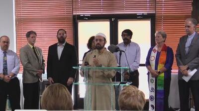 Miembros de la comunidad dan su apoyo a miembros de una mezquita en Austin