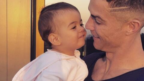 Cristiano Ronaldo causa controversia al besar en la boca a sus hijos