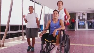 Con una pierna recién amputada, este hondureño quedó en la calle con su hermana y su madre enferma