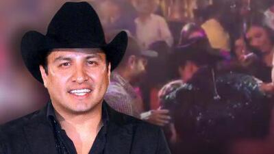 Con jalones y empujones Julión Álvarez se mete entre el público de su concierto para abrazar a una señora