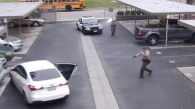 """Agentes disparan 34 veces contra un hombre que usa su carro como """"un arma"""""""