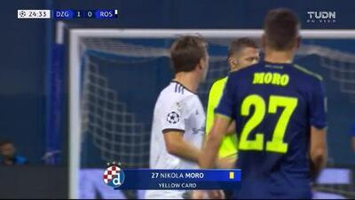 Tarjeta amarilla. El árbitro amonesta a Nikola Moro de Dinamo Zagreb